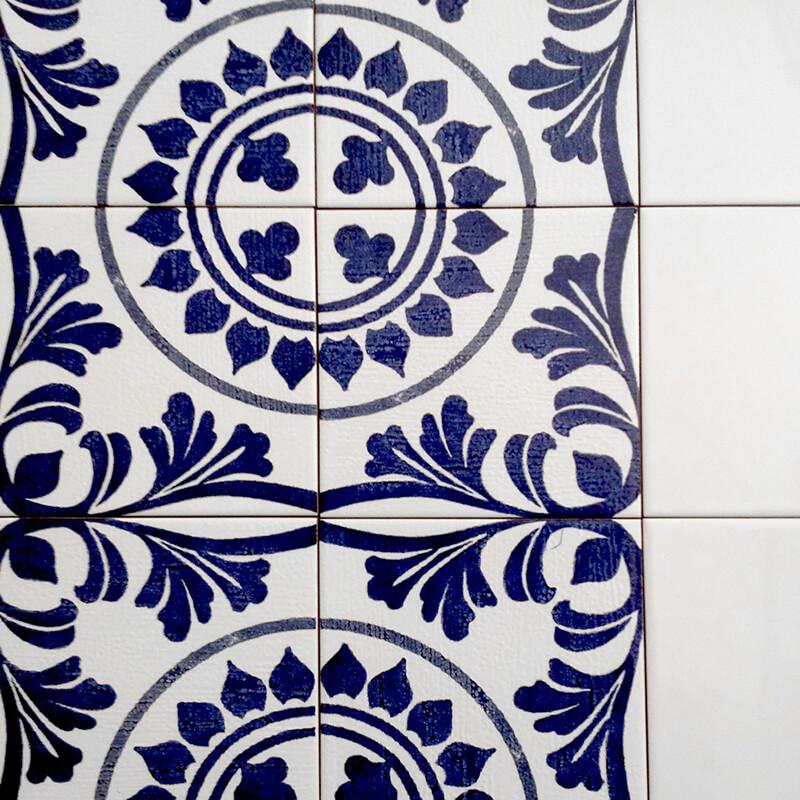 Azulejos con diferentes diseños personalizados aplicados