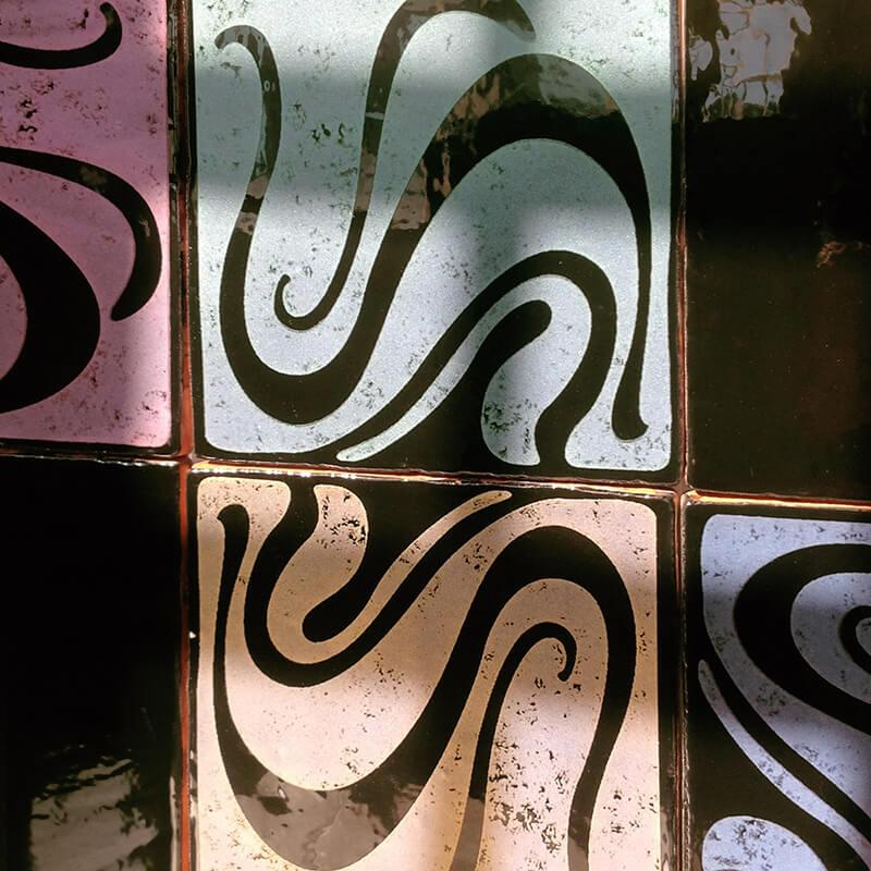 Azulejos con diferentes colores metalizados