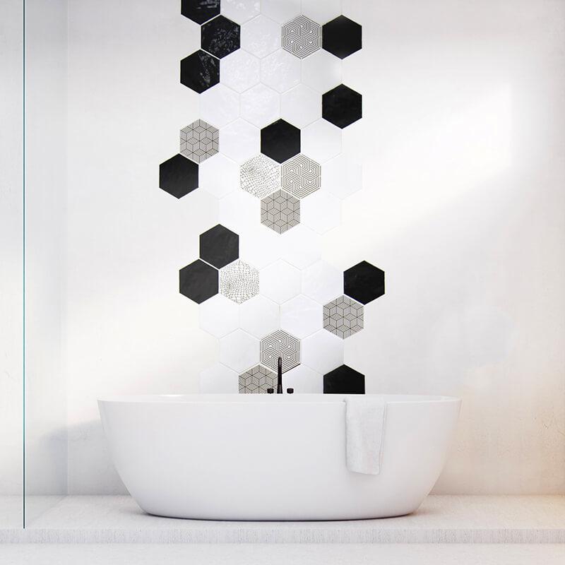 Aplicación de azulejos con diseño personalizado hexagonales para pared de baño.
