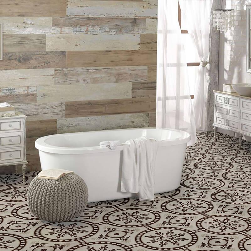 Aplicación de azulejos con diseño personalizado para suelo de baño.