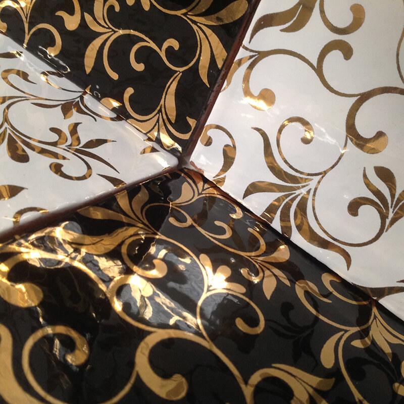 Azulejo personalizado con acabados dorados y metalizados brillantes.