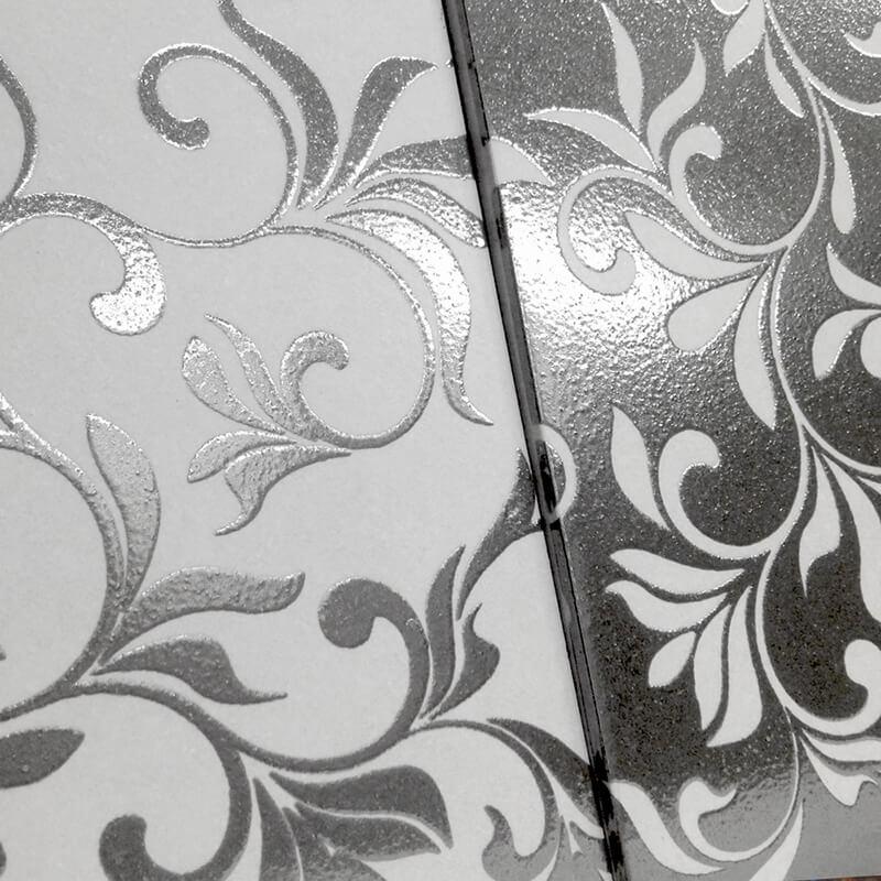 Azulejo personalizado con acabados plateados y metalizados brillantes.