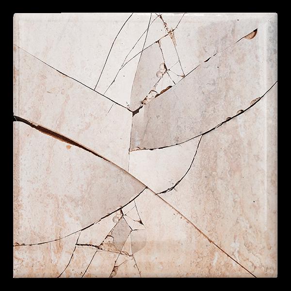Azulejo antiguo descatalogado quebrado y deteriorado