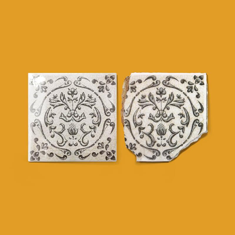 Azulejo o baldosa pequeño formato antiguo quebrado y copia